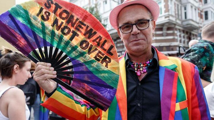 Ein Teilnehmer einer Parade zum Christopher Street Day (CSD). Foto: Markus Scholz/Archivbild