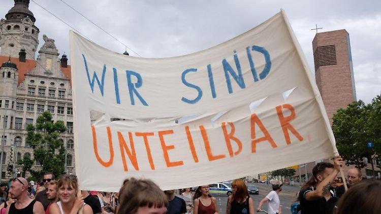 Teilnehmer einer Demonstration gegen Rassismus, zu der das Bündnis