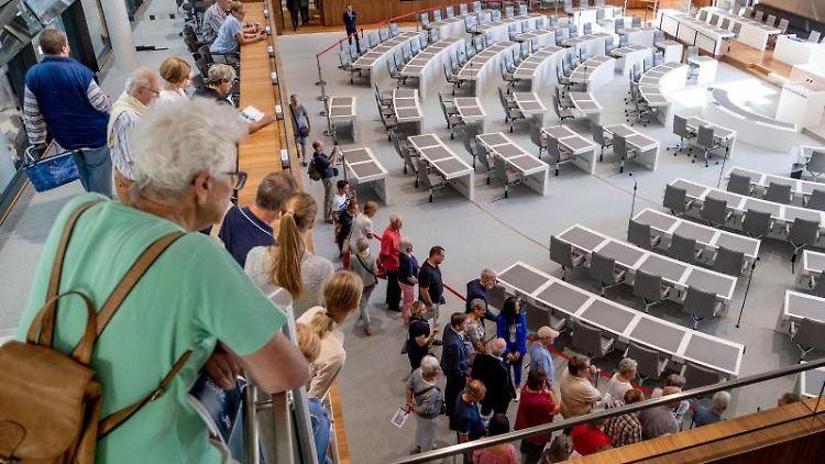 Besucher besichtigen am Tag der offenen Tür im niedersächsischen Landtag den Plenarsaal. Foto:Peter Steffen