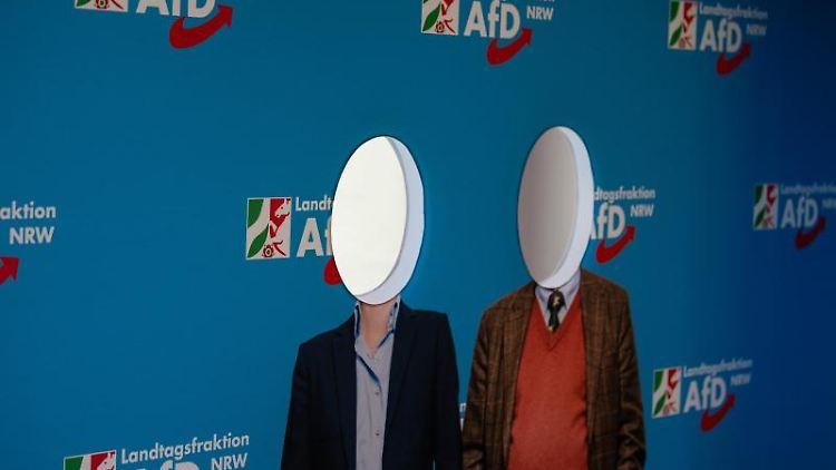 Eine Fotowand mit dem Logo der AfD. Foto: Swen Pförtner/Archivbild