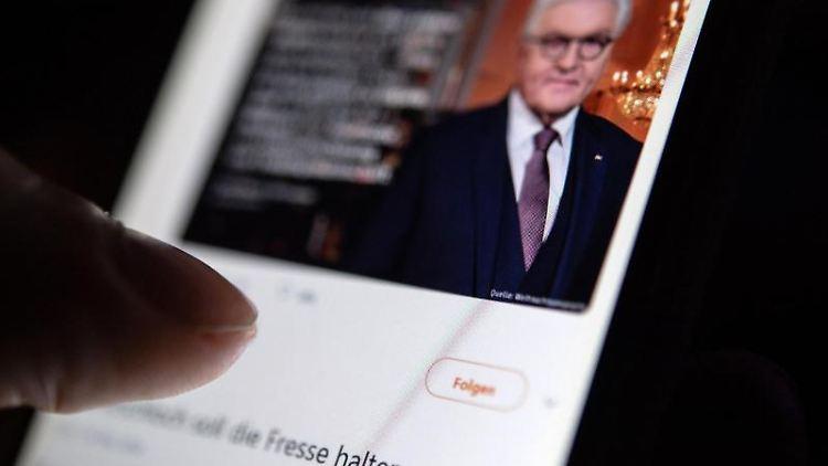 Auf dem Bildschirm eines Smartpones sieht man eine Antwort eines Users auf einen Post von ZDF heute auf Twitter. Foto: Fabian Sommer