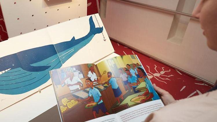 Illustrationsdesign aus Ruanda (vorne) und Rheinland-Pfalz wird in der Ausstellung