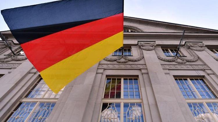 Eine deutsche Fahne weht am Deutschen Nationaltheater Weimar. Foto: Martin Schutt/Archivbild