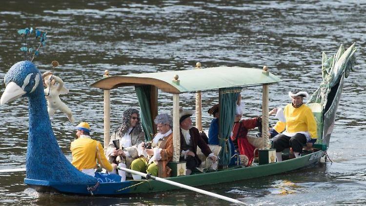Laiendarsteller in barocken Kostümen fahren in einer barocken Lustgondel auf der Elbe. Foto: Sebastian Kahnert