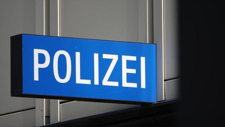 Das Schild eines Polizeireviers. Foto: Simon Sachseder/Archivbild