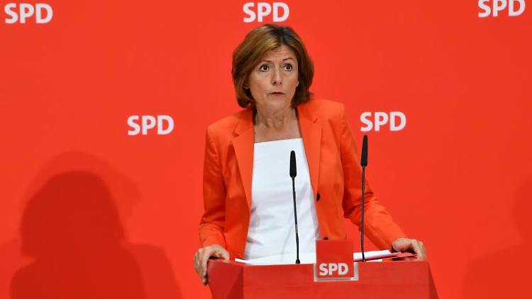Malu Dreyer, Ministerpräsidentin von Rheinland-Pfalz, spricht bei einer Pressekonferenz. Foto: Bernd von Jutrczenka/Archivbild