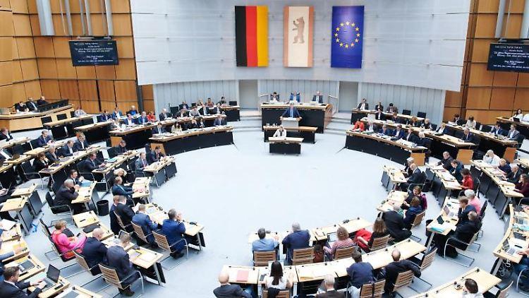 Abgeordnete sitzen in der Plenarsitzung im Berliner Abgeordnetenhaus. Foto: Annette Riedl/Archivbild