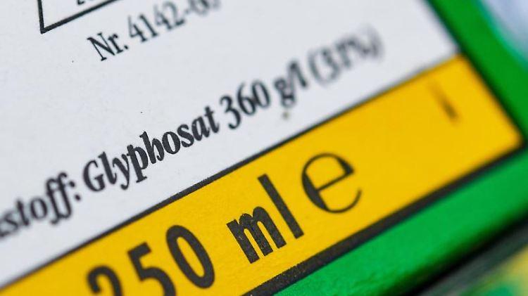 Die Verpackung eines Unkrautvernichtungsmittels, das den Wirkstoff Glyphosat enthält. Foto:PAtrick Pleul/Archivbild