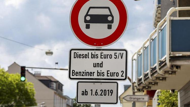 In Darmstadt weisen Schilder auf das geltende Diesel-Fahrverbot hin. Foto: Guido Schiek/Archivbild