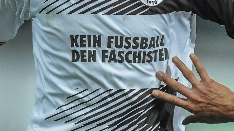 Mit diesem Trikot lief Fußball-Zweitligist FC St. Pauli in der Saison 2015/16 einmal auf. Seit dem hat sich wenig geändert.