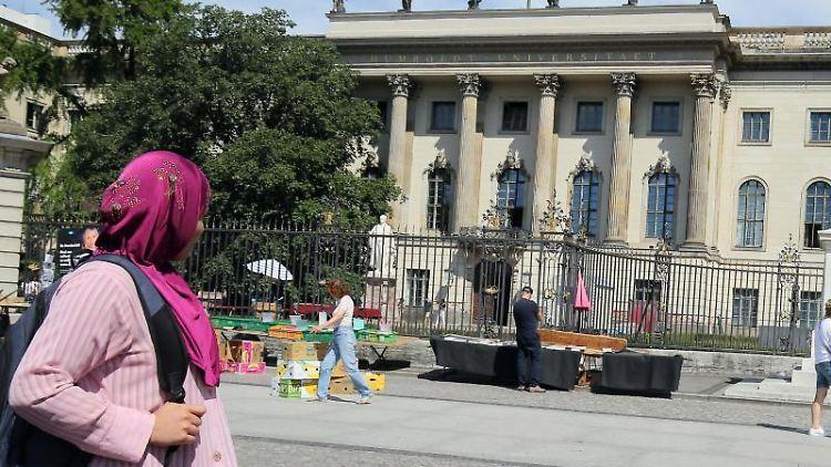 Eine Frau mit Kopftuch geht an der Humboldt-Universität vorbei. Foto: Wolfgang Kumm/Archivbild
