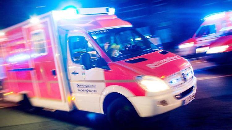Ein Rettungswagen der Feuerwehr fährt mit Blaulicht durch eine Straße (Aufnahme mit langer Belichtungszeit).Foto:MarcelKusch/Archivbild