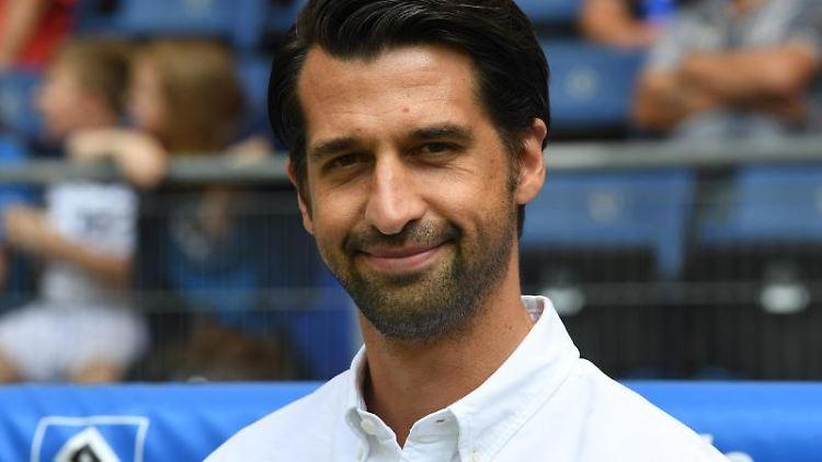 Hamburgs Manager Jonas Boldt steht vor Spielbeginn an der Seitenlinie. Foto: Carmen Jaspersen/Archiv