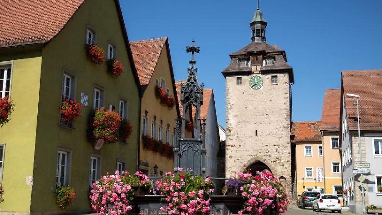 Der historische Röhrenbrunnen steht vor dem Rathaus und dem Oberen Tor Turm in Leutershausen. Foto: Daniel Karmann