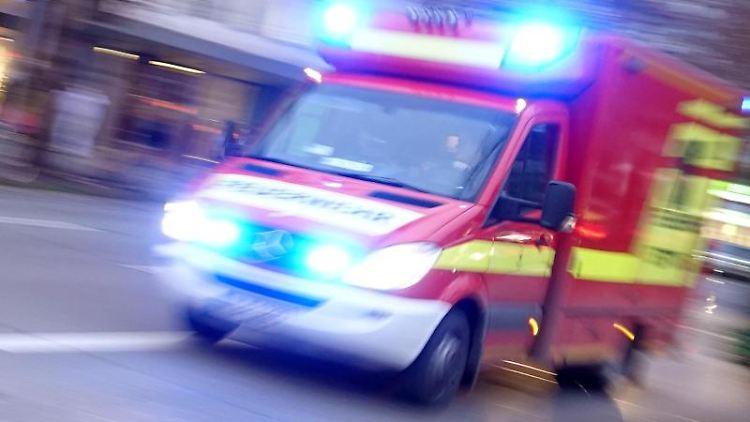 Ein Rettungswagen der Feuerwehr mit Blaulicht fährt eine Straße entlang. Foto: Katharina Redanz/Archivbild