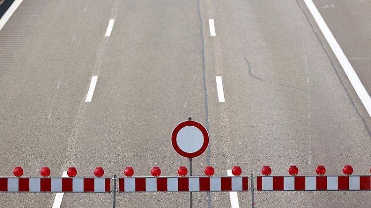 Fahrverbotsschild auf einer Autobahn. Foto: Jan Woitas/Archiv