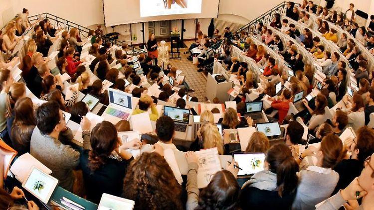 In einem Anatomie-Hörsaal verfolgen Medizin- und Zahnmedizinstudenten die Vorlesung zu Gelenken und Muskeln. Foto: Waltraud Grubitzsch/Archivbild