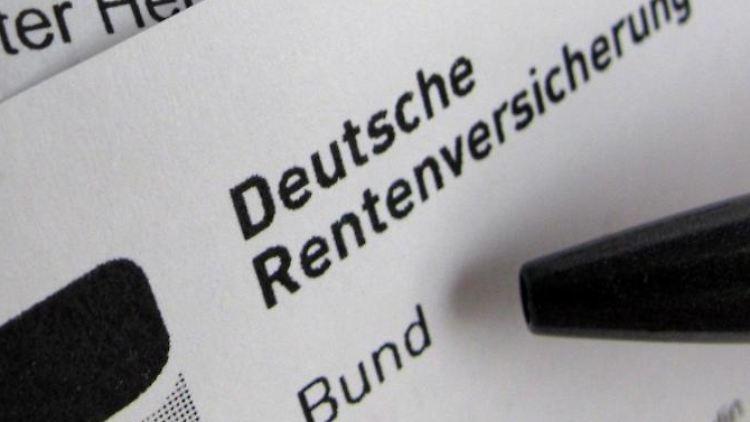 Eine Renteninformation der DeutschenRentenversicherung liegt auf einem Schreibtisch. Foto: Franz-Peter Tschauner