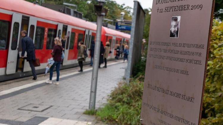 Ein Denkmal für Dominik Brunner steht auf dem Bahnsteig der S-Bahnstation Solln. Foto: Peter Kneffel