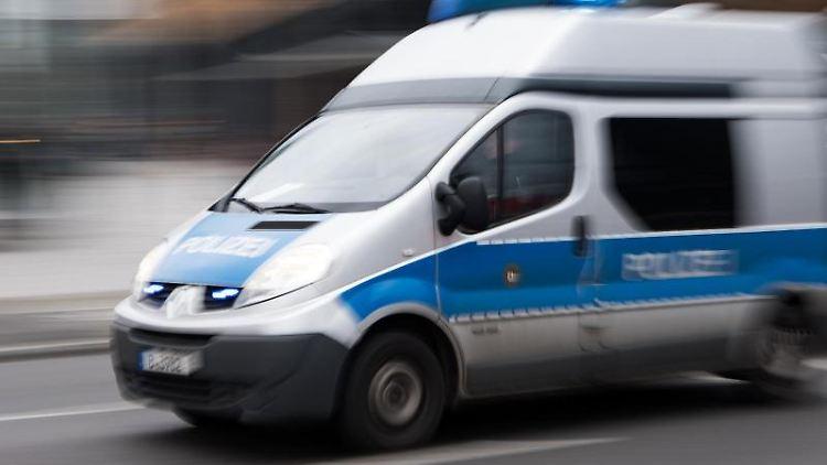 Ein Einsatzfahrzeug fährt mit eingeschaltetem Blaulicht. Foto: Bernd von Jutrczenka/Archivbild