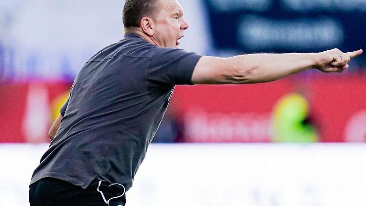 Sandhausens Trainer Uwe Koschinat gestikuliert. Foto: Uwe Anspach/Archivbild