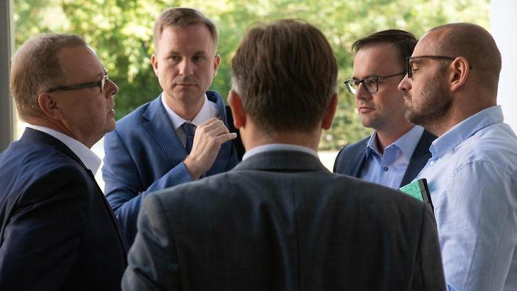 Michael Stübgen (CDU, l-r), Steeven Bretz (CDU), Jan Redmann (CDU), und Björn Lakenmacher (CDU) unterhalten sich. Foto: Soeren Stache