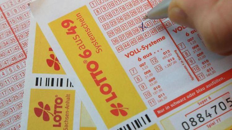Spielscheine der Lotto Toto Sachsen-Anhalt GmbH werden 2014 in Magdeburg ausgefüllt. Foto: Jens Wolf/Archivbild
