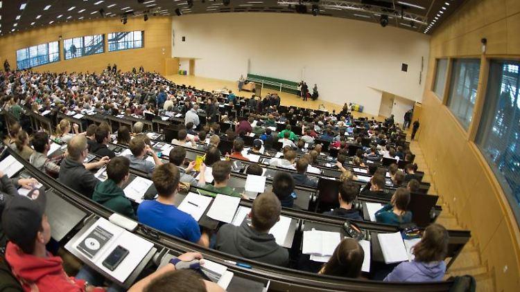 Studierende sitzen in einem Hörsaal. Foto: Arno Burgi/Archivbild