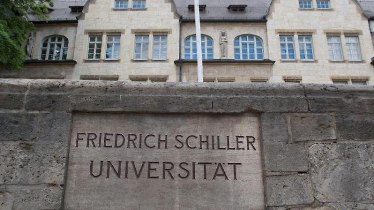 Das Hauptgebäude der Friedrich-Schiller-Universität Jena im Jahr 2015. Foto: Sebastian Kahnert/Archivbild