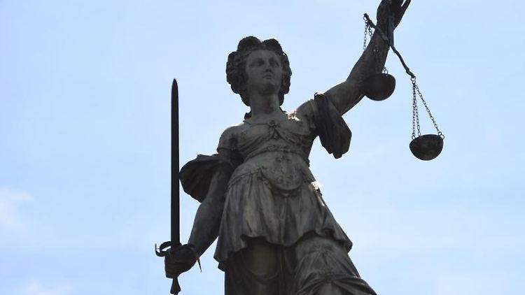 Eine Bronzestatue der römischen Göttin der Gerechtigkeit, Justitia.Foto: Arne Dedert/Archivbild