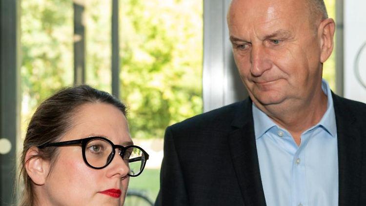 Anja Mayer (l), Landesvorsitzende der Linken, und Dietmar Woidke, SPD-Vorsitzender und Ministerpräsident in Brandenburg. Foto: Soeren Stache
