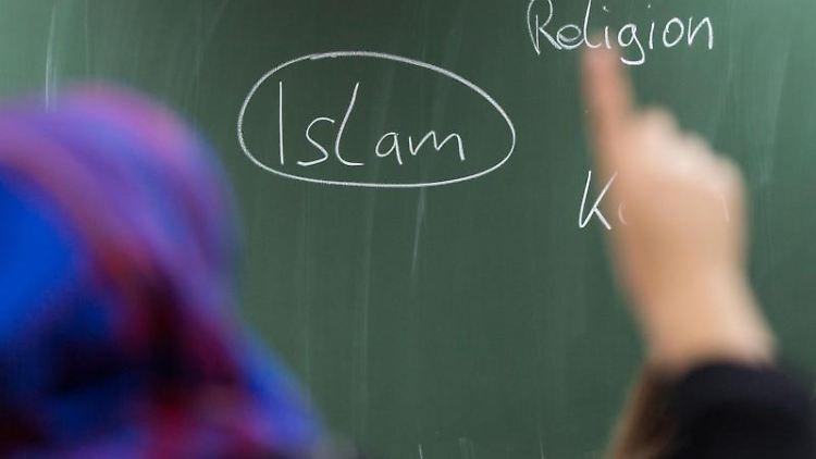 Eine Schülerin meldet sich bei einer Unterrichtsstunde zum Thema Islam. Foto: Frank Rumpenhorst/Archivbild