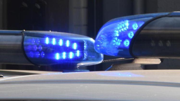 Blaulichter sind auf den Dächern von Polizeifahrzeugen zu sehen. Foto: Carsten Rehder/Archivbild