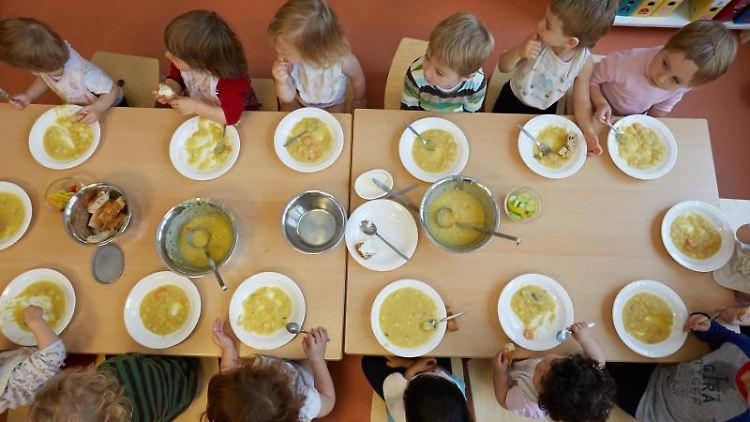 Die Kinder einer Kita essen Kartoffelsuppe zu Mittag. Foto: Georg Wendt/Archivbild