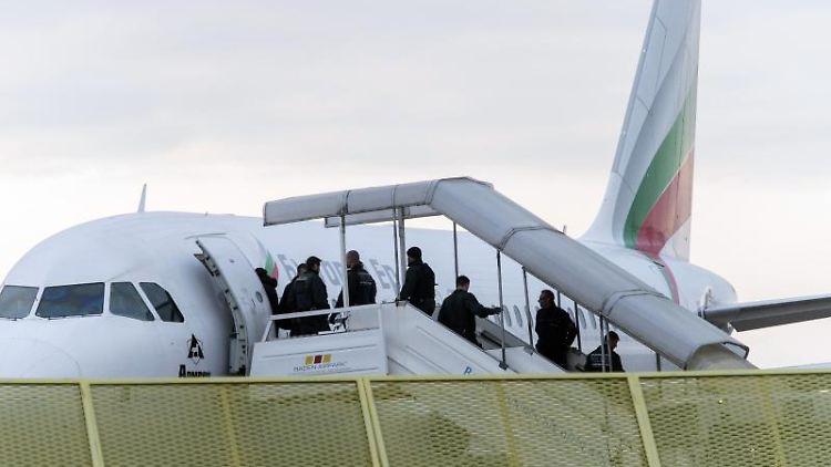 Abgelehnte Asylbewerber steigen in ein Flugzeug. Foto:Daniel Maurer/Archivbild