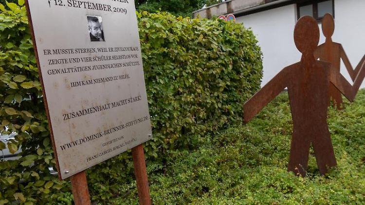 Ein Denkmal für Dominik Brunner steht auf dem Bahnsteig der S-Bahnstation Solln. Foto: Peter Kneffel/Archivbild