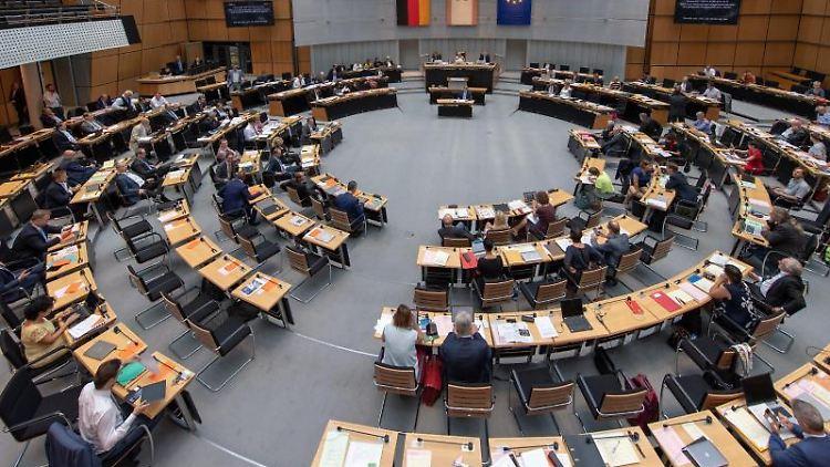Abgeordnete sitzen während der Sitzung im Plenarsaal des Abgeordnetenhauses an ihren Plätzen. Foto:Monika Skolimowska/Archivbild
