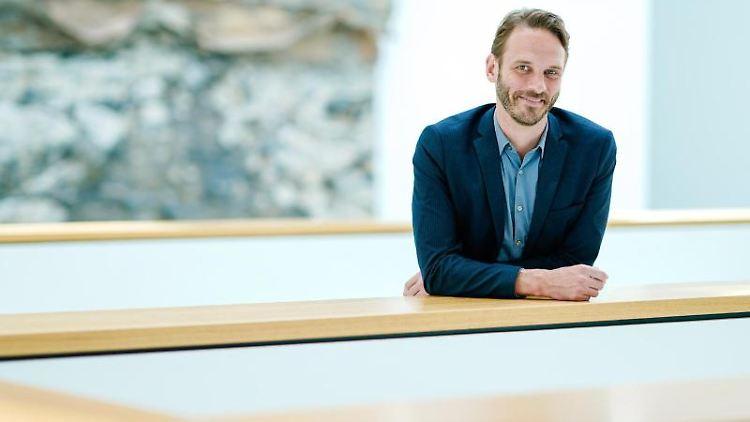 Johan Holten, neuer Direktor der Kunsthalle Mannheim, steht im Atrium der Kunsthalle. Foto: Uwe Anspach/Archivbild