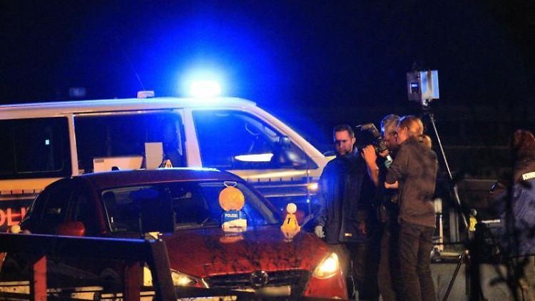 Polizisten stehen an der Anschlussstelle Hellersdorf auf der A10 nordöstlich vonBerlin auf der Fahrbahn. Foto: Christopher Harms