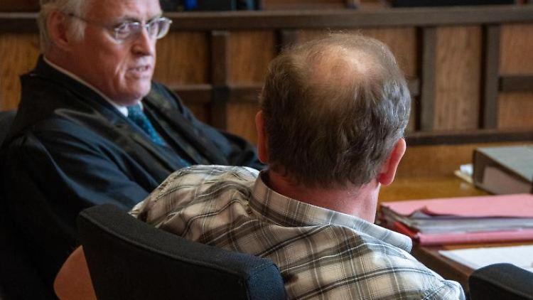 Der Angeklagte (r.) mit seinem Verteidiger im Amtsgericht Cham. Foto: Armin Weigel