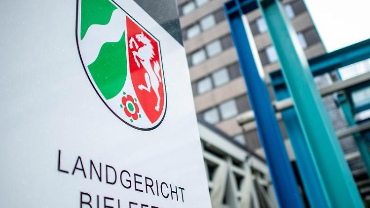 Prozessauftakt wegen sexuellen Missbrauchs: Der Eingang des Landgerichtes Bielefeld. Foto: David Inderlied/Archivbild