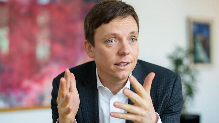 Tobias Hans (CDU), Ministerpräsident des Saarlandes, gestikuliert während eines Interviews in seinem Büro. Foto: Oliver Dietze/Archivbild