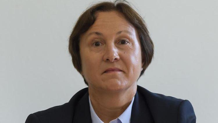 Sachsens Landeswahlleiterin Carolin Schreck kommt zur Sitzung des Landeswahlausschuss. Foto: Matthias Rietschel/Archivbild