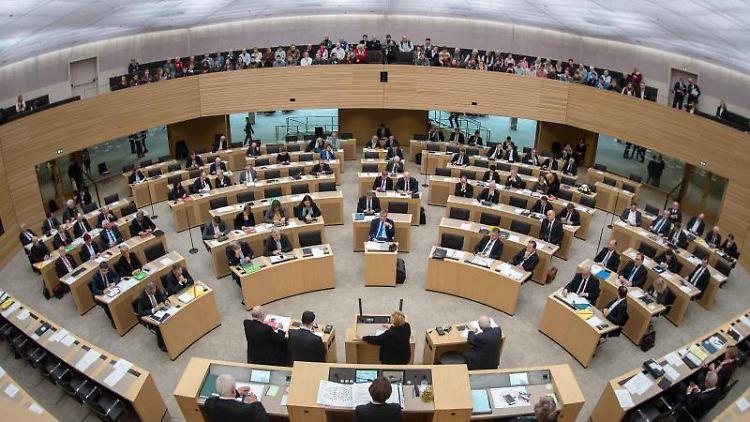 Die Abgeordneten sitzen im Landtag von Baden-Württemberg. Foto: Sebastian Gollnow/Archivbild