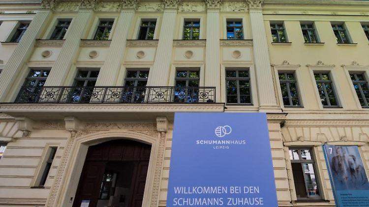 Eine Stele heißt die Besucher des Schumann Hauses in Leipzig willkommen. Foto: Hendrik Schmidt/Archivbild