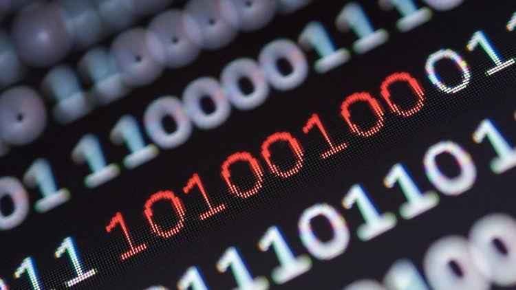 Binärcode, von dem ein Segment rot eingefärbt ist, steht auf einem Bildschirm. Foto: Sebastian Gollnow/Archivbild