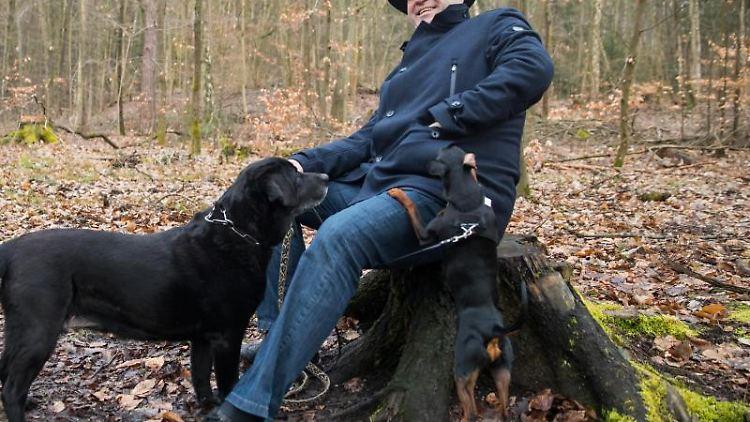 Markus Söder mit seinen Hunden Fanny, einer Labrador-Hündin, und Bella, einer Zwergpinscher-Hündin. Foto: Daniel Karmann/Archiv