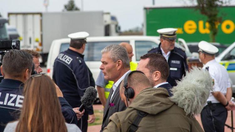 Holger Stahlknecht (CDU, M), Innenminister des Landes Sachsen-Anhalt, gibt der Polizei ein Interview. Foto:Klaus-Dietmar Gabbert/Archivbild