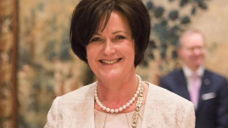 Margret Mergen (CDU), Oberbürgermeisterin von Baden-Baden, lächelt. Foto: Christoph Schmidt/Archiv