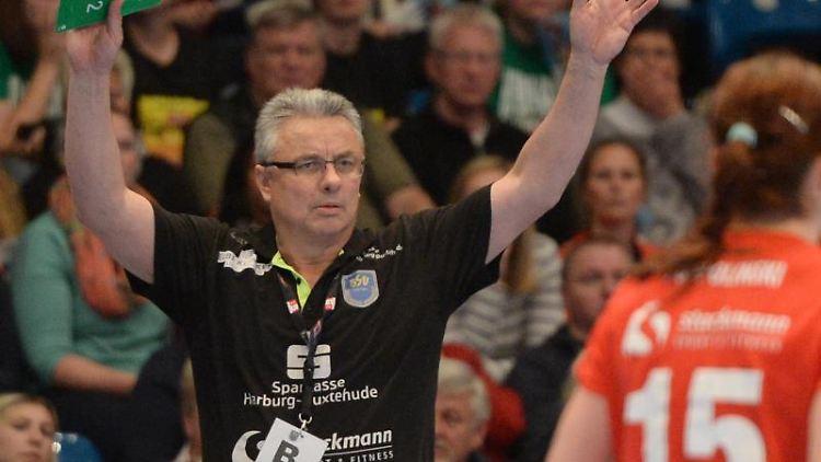 Buxtehudes Trainer Dirk Leun. Foto: Daniel Bockwoldt/Archivbild
